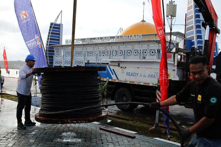 Petugas PT PLN Persero Kendari memasang kabel listrik untuk kebutuhan Musyawarah Nasional (Munas) VIII Kamar Dagang Industri (Kadin) Indonesia di areal Masjid Al Alam Teluk Kendari, Kendari, Sulawesi Tenggara, Senin (28/6/2021). Munas Kadin Indonesia rencananya akan berlangsung pada 30 Juni sampai 2 Juli 2021 dan Presiden Jokowi diagendakan hadir untuk membuka kegiatan tersebut. ANTARA FOTO/Jojon/foc.