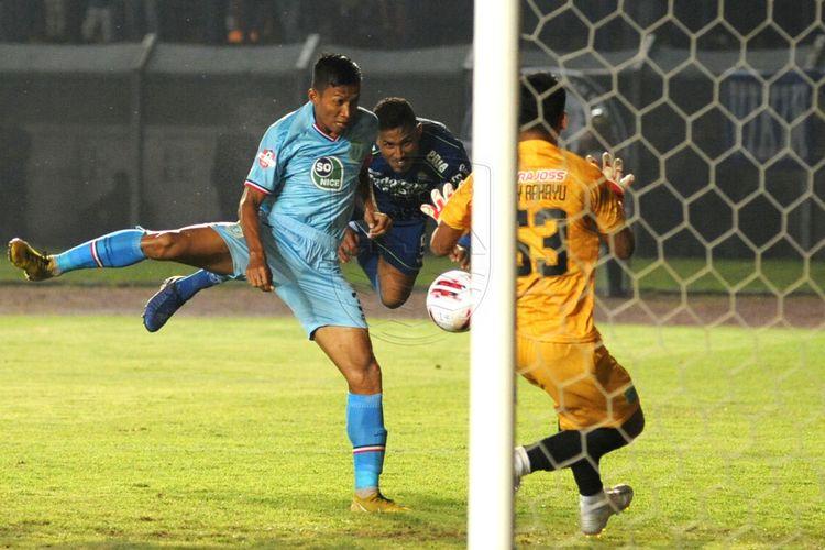 Sundulan Wander Luiz (tengah), yang berbuah gol ketiga untuk Persib Bandung pada laga melawan Persela di Stadion Si Jalak Harupat, Kab. Bandung, Minggu (1/3/2020).