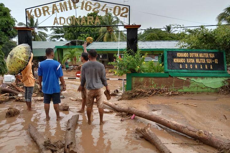 Foto : Banjir memporakporandakan rumah warga di Waiwerang, Kecamatan Adonara Timur, Kabupaten Flores Timur, NTT, Minggu (4/4/2021).