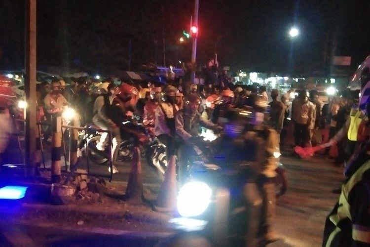 Petugs gabungan tengah melakukan penyekatan di Pos Tanjungpura, Senin (10/05/2021) malam.