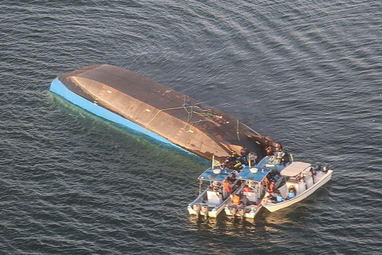 2 Hari Terjebak di Kapal Terbalik, Seorang Pria di ...