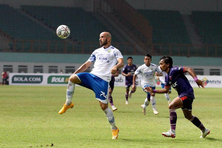 Pemain Persib Bandung mengontrol bola saat pertandingan pekan 2 Liga 1 2021-2022 melawan Persita Tangerang yang berakhir dengan skor 1-2 di Stadion Wibawa Mukti Bekasi, Sabtu (11/9/2021) malam.