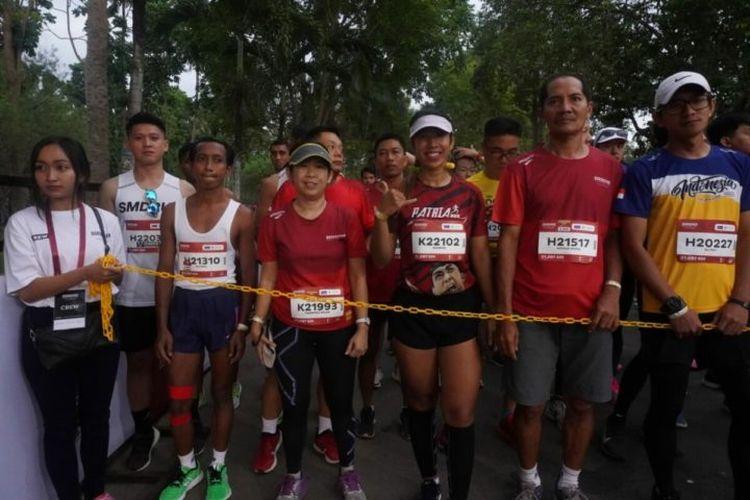 Sejumlah pelari kategori 21 kilometer mempersiapkan diri di depan garis start Borobudur Marathon, Minggu (17/11/2019). Mereka berkumpul di depan garis start sejak pukul 05.15.