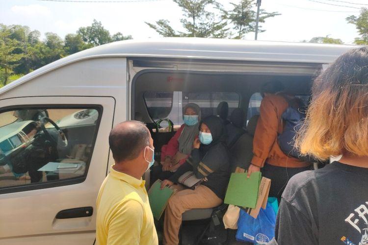 Sejumlah pasien Covid-19 sembuh memasuki mobil untuk meninggalkan area pusat karantina Rumah Lawan Covid-19, Tangerang Selatan, Selasa (11/5/2021).