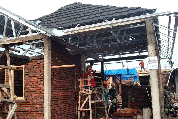 Proses rehab rekon rumah tahan gempa di Lombok beberapa waktu lalu.