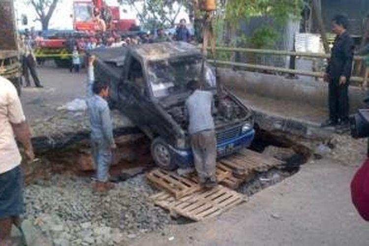 Jalan rusak dan jembatan amblas di kawasan Pegadungan, Jakarta Barat.