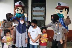 Dua Polisi Berpakaian Badut Hibur Anak-anak di Masa Pandemi