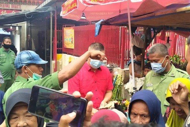 Pengemis musiman di depan Wihara Dharma Bakti, Glodok, Jakarta Barat sedang dipantau petugas keamanan, Jumat (12/2/2021).