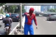 Kocak, Spiderman Jaga JLNT dari Pengendara Motor