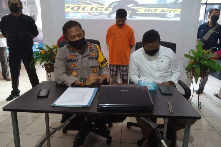Wakapolresta Banjarmasin, AKBP Sabana Atmojo memberikan keterangan pers kasus pencurian dengan kekerasan di Mapolresta Banjarmasin, Senin (22/6/2020).