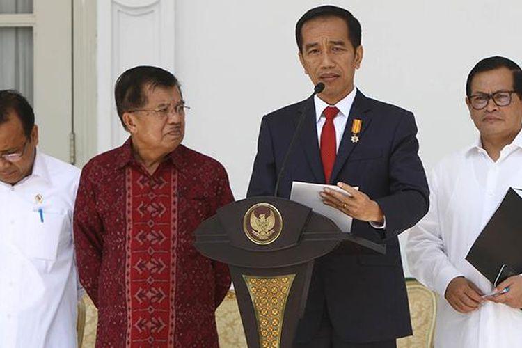Presiden Joko Widodo didampingi Wapres Jusuf Kalla, Mensesneg Pratikno, dan Menseskab Pramono Anung mengumumkan perombakan kabinet atau reshuffle jilid 2, di teras belakang Istana Merdeka, Jakarta, Rabu (27/7/2016). Presiden mengumumkan 12 nama menteri dan Kepala BKPM.