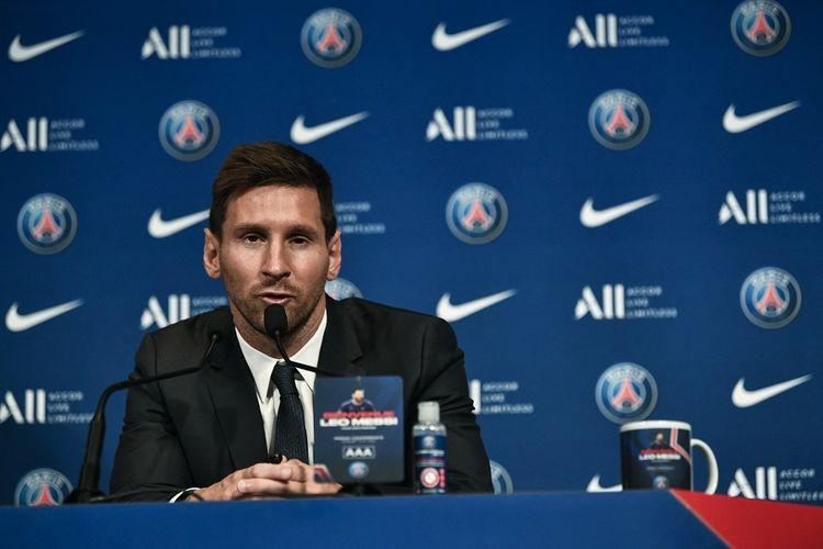 Penyerang Argentina Lionel Messi berbicara dalam konferensi pers bersama klub barunya Paris Saint-Germain (PSG) di Parc des Princes di Paris pada 11 Agustus 2021.