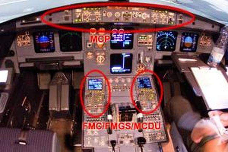Panel kokpit Airbus A320 Germanwings registrasi D-AIPX yang jatuh di pegunungan Alpen pada Selasa (24/3/2015) lalu. Dalam lingkaran merah adalah panel MCP (atas) dan dua di bawah adalah panel FMC/FMGS/MCDU dalam A320, kanan untuk kopilot, kiri untuk pilot.