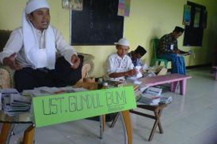 Ketua KPPS TPS 10, Kauman II, Desa Payaman, Kecamatan Secang, Kabupaten Magelang, mengenakan pakaian ala kyai pesantren, Rabu (9/4/2014).