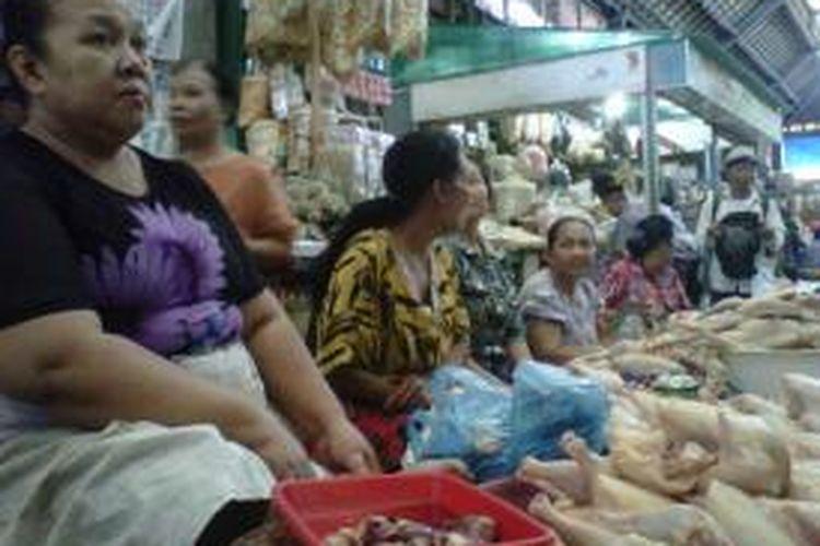 Pedagang di Pasar Gede Solo mengenakan baju motif batik, Rabu (2/10/2013).