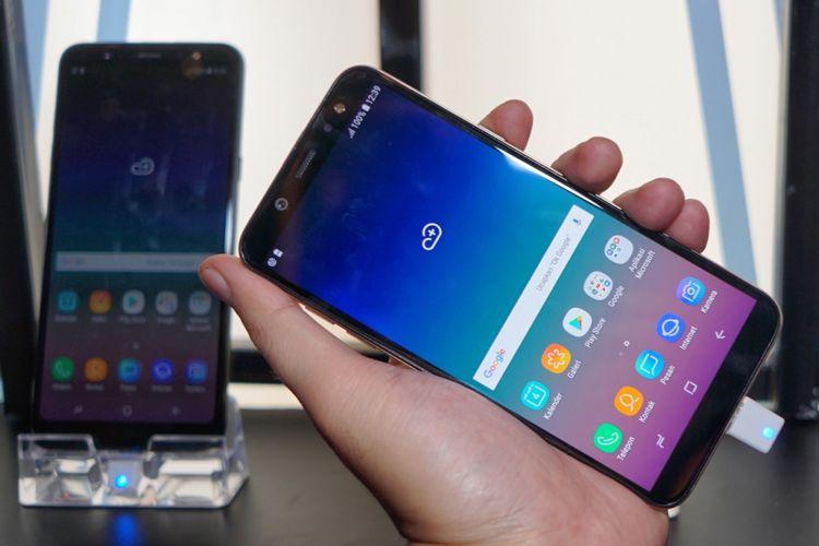 Sisi depan Galaxy A6 (kanan). Samsung menerapkan layar Super AMOLED Infinity Display dengan aspect ratio 18,5:9 sehingga tampilan Galaxy A6 menjadi seragam dengan ponsel-ponsel Galaxy seri anyar lainnya. Untuk Galaxy A6, bentang layarnya sebesar 5,6 inci.