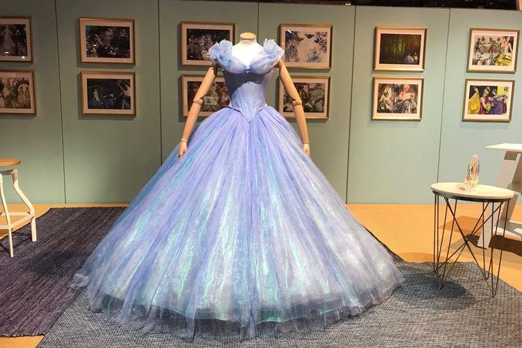 Kostum Cinderella yang pernah dikenakan Scarlett Johansson dalam pemotretan dipamerkan di D23 Expo yang digelar di Anaheim Convention Center, Anaheim, Anaheim, California, pada 23 hingga 25 Agustus 2019.