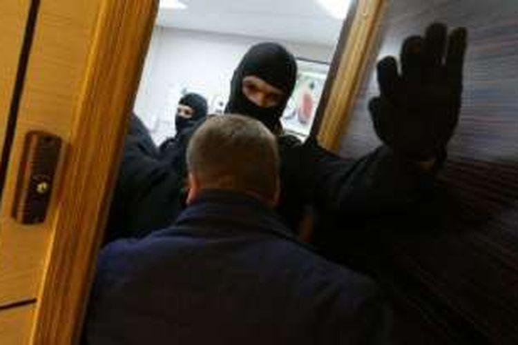 Dalam penggerebekan di 25 tempat di Moskwa dan St Petersburg, Rusia, polisi menangkap 10 pengikut Aum Shinrikyo.