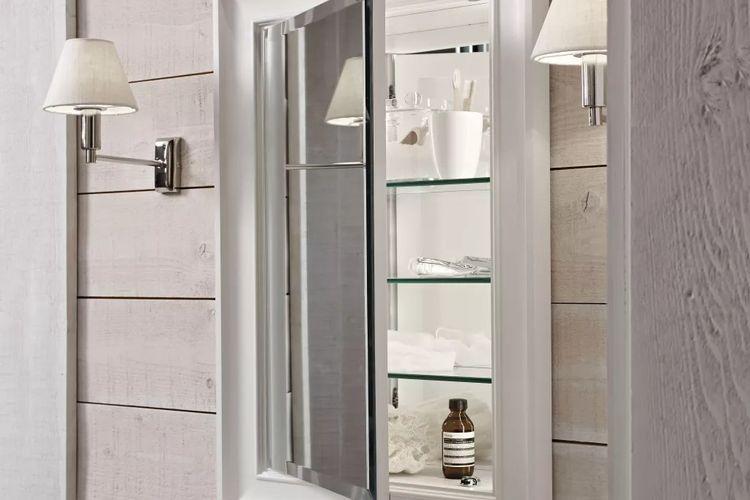 Lemari yang ditanam di balik dinding bisa menjadi solusi mengakali ruang di kamar mandi yang sempit.