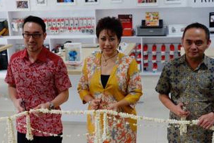 Dari kiri ke kanan: Strategy & Retail Support Planning Department Canon, Joseph Dominic Chong, Direktur Divisi Canon PT Datascript Merry Harun, dan Manajer Kantor Penjualan PT Datascrip Bandung Rendy Firman Ahmad saat meresmikan Canon Image Square di Bandung, Selasa (15/12/2015)