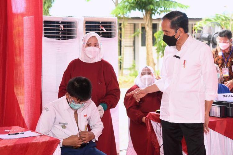 Jokowi saat meninjau pelaksanaan vaksinasi di SMP 22 Samarinda, Kaltim, Selasa (24/8/2021).