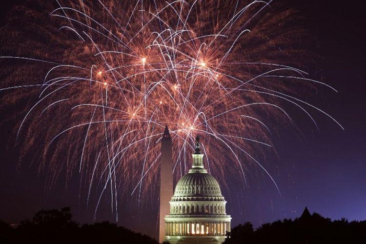 Kembang api di atas Gedung Capitol dan Monumen Washington pada Hari Kemerdekaan Amerika Serikat, 4 Juli 2018 di Washington DC. (AFP/Alex Wong)