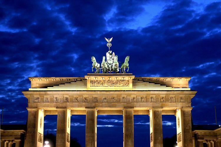 Ilustrasi Jerman - Gerbang Bradenburg.