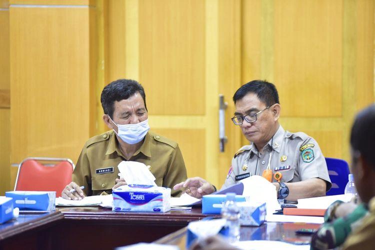 Sekretaris Daerah (Sekda) Luwu Utara Armiadi saat memimpin Rapat Koordinasi Pembangunan Huntap di Ruang Rapat Sekda Luwu Utara.