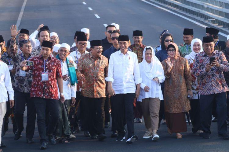 Presiden Jokowi resmi membebaskan biaya tol Jembatan Suramadu pada Sabtu (27/10/2018) sore. Ke depan, Presiden RI ke-7 ini berharap pertumbuhan ekonomi di Madura akan semakin baik.