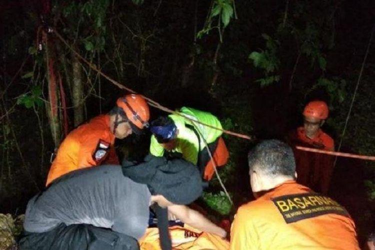 Proses penyelamatan 3 remaja yang jatuh di Gua Monyet, Kupang oleh SAR Gabungan.