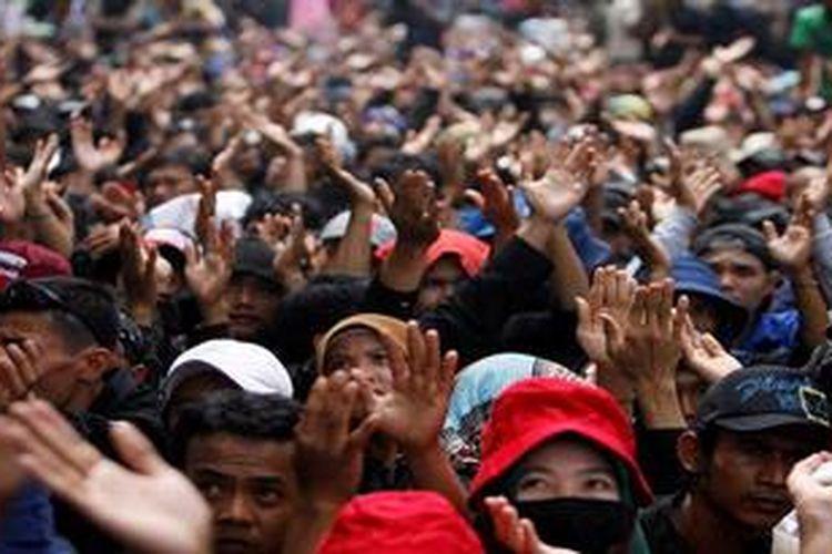 Ilustrasi: Buruh yang tergabung dalam Federasi Serikat Pekerja Metal Indonesia (FSPMI) meneriakkan yel-yel saat berunjuk rasa di Istana Merdeka, Jakarta, Rabu (6/2/2013). Aksi tersebut antara lain menolak penangguhan upah minimum.