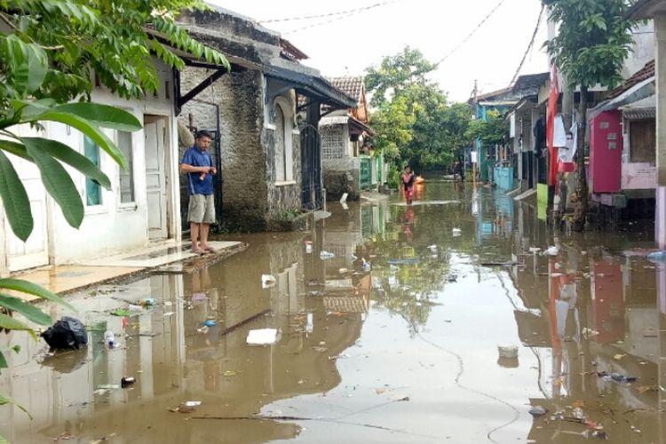 Banjir masih merendam kawasan Kampung Bulak, Pondok Kacang Timur, Pondok Aren, Kota Tangerang Selatan sejak Selasa (25/2/2020) dini hari.