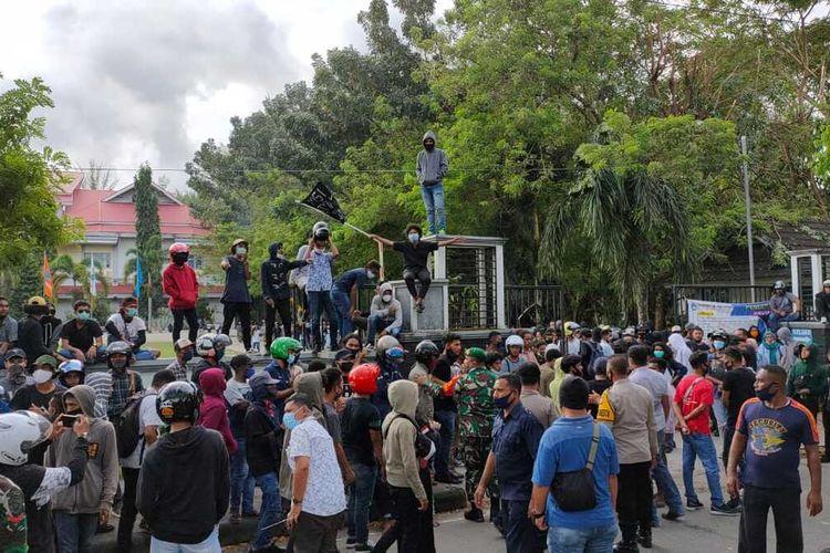 Ratusan mahasiswa Universitas Pattimura Ambon berunjuk rasa menolak Undang-undang Omnibus Law Cipta Kerja di Ambon, Kamis (8/10/2020). Aksi unjuk rasa tersebut berakhir bentrok dengan aparat kepolisian