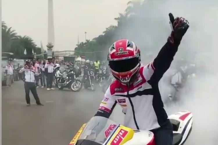 Pebalap Moto2 dari tim Federal Oil Gresini, Sam Lowes saat mengikuti kegiatan berkendara dengan sepeda motor berkeliling Jakarta, Sabtu (20/7/2019).