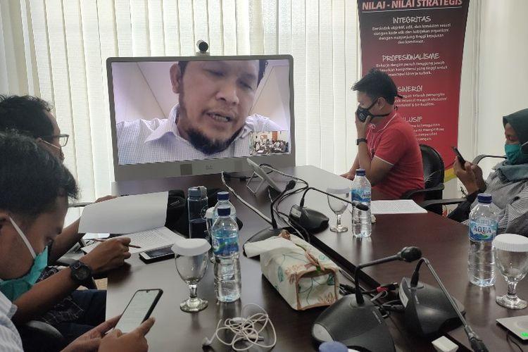 Kepala OJK Cabang Tegal Ludy Arlianto saat teleconference dengan awak media di Kantor OJK Tegal, Senin (20/4/2020)
