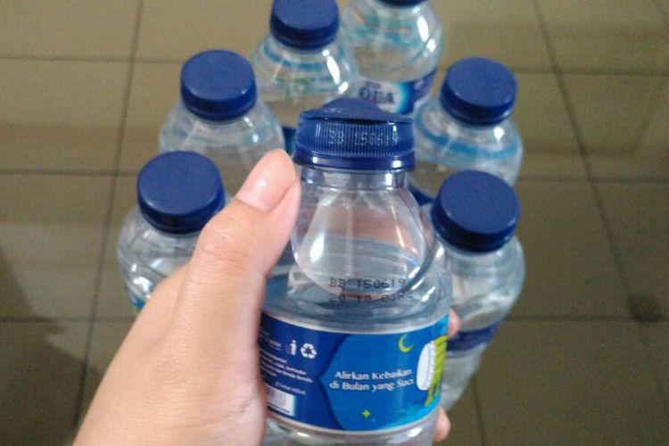 Kemasan tutup botol Aqua yang bagian atasnya terbuka.