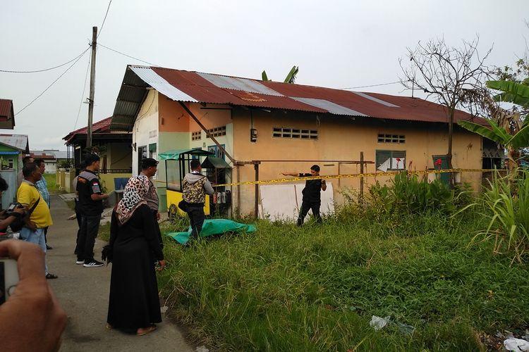 Suasana saat polisi memasang garis polisi di rumah kontrakan RMN, pelaku bom bunuh diri di Polrestabes Medan dan istrinya, D, di Gang Melati, Kelurahan Tanah 600, Kecamatan Medan Marelan, Rabu (13/11/2019).
