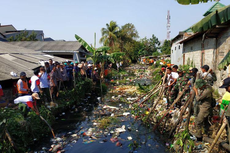 Sampah yang memenuhi Kali Bahagia atau Kali Busa di Kelurahan Bahagia, Kecamatan Babelan, Kabupaten Bekasi dibersihkan, Kamis (1/8/2019).