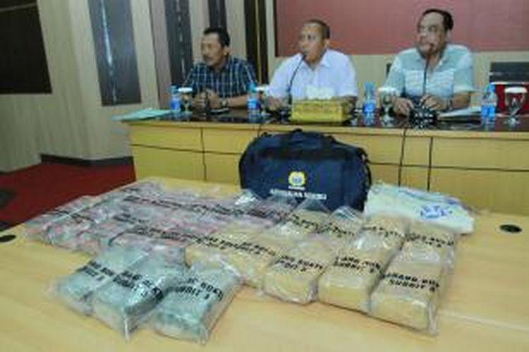 Barang bukti ganja kering seberat 19 kilogram yang dibagi menjadi 23 paket yang diamankan Polda Kalbar dari tersangka yang dibawa menggunakan kapal kargo ekspress  di Pontianak, Kalimantan Barat (22/9/2013)