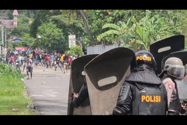 Polisi saat memukul mundur massa pendemo