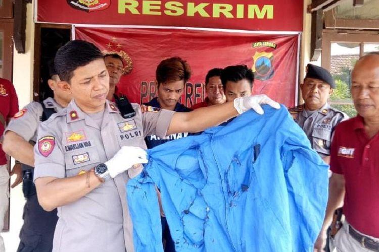 Kapolsek Gayamsari Polrestabes Semarang Kompol Warijan menunjukkan barang bukti yang disita berupa satu buah jaket berwarna biru dalam keadaan terbakar, untuk kasus dua pemuda bakar teman di Gayamsari, Semarang, Jateng, Rabu (6/11/2019).