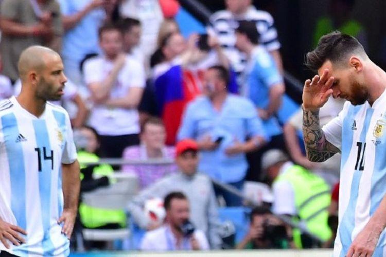 Javier Mascherano dan Lionel Messi tampak sedih seusai gawang Argentina dijebol Perancis pada laga 16 besar Piala Dunia 2018 di Kazan Arena, 30 Juni 2018.