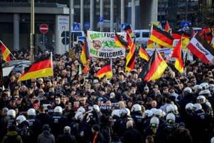 Ribuan orang menggelar unjuk rasa di Jerman pada Januari 2016 menuntut polisi mengusut serangan seksual massal oleh pria imigran pada malam pergantian tahun, 31 Desember 2015.