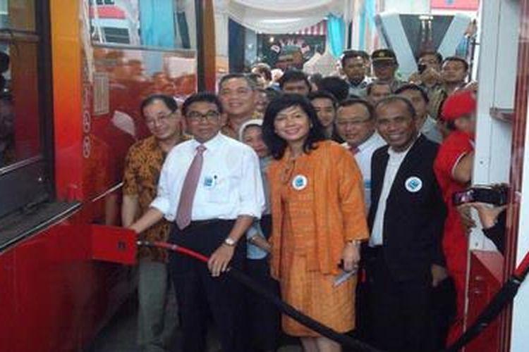 Wakil Menteri ESDM Susilo Siswoutomo (berbaju putih) bersama Direktur Utama Pertamina Karen Agustiawan mencoba dispenser SPBG Mampang, Jakarta, Kamis (16/5).