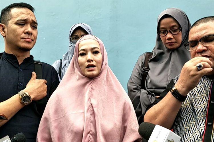 Lyra Virna saat ditemui di kawasan Tendean, Jakarta Selatan, bersama sang suami Fadlan Muhammad serta kuasa hukumnya Razman Arif Nasution, Senin (9/4/2018).