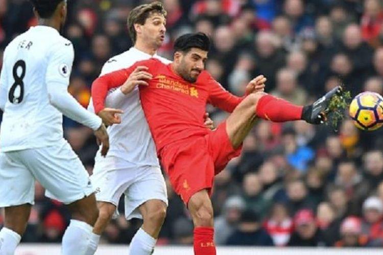 Fernando Llorente mencoba merebut bola dari Emre Can saat Swansea City bertandang ke markas Liverpool, Anfield, pada lanjutan Premier League, Sabtu (21/1/2017).