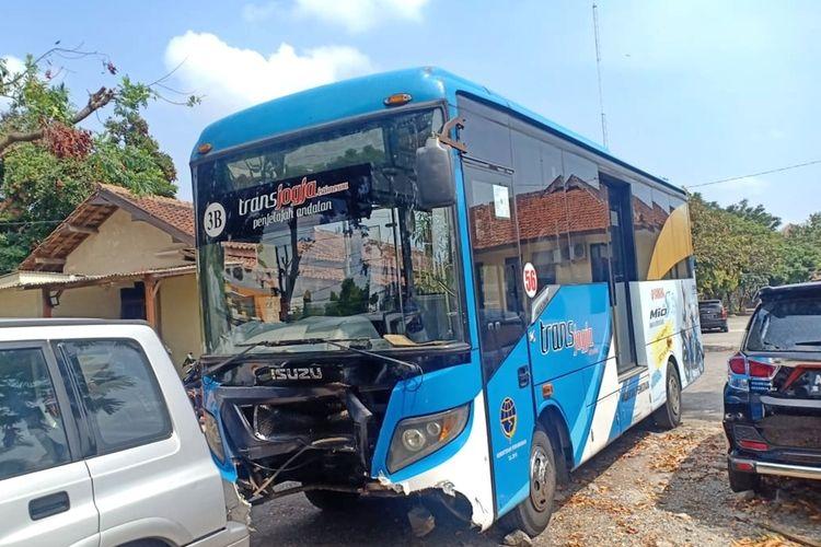 Bus Trans Jogja yang menabrak pengendara sepeda motor di simpang empat UPN diamankan di Polsek Depok Timur.