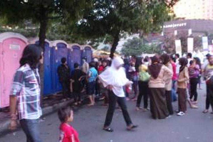 Puluhan warga nampak mengantri di toilet umum yang tersedia di Bundaran Hotel Indonesia. Toilet ini disediakan bagi warga yang hendak merayakan tahun baru di sana. Selasa (31/12/2013).