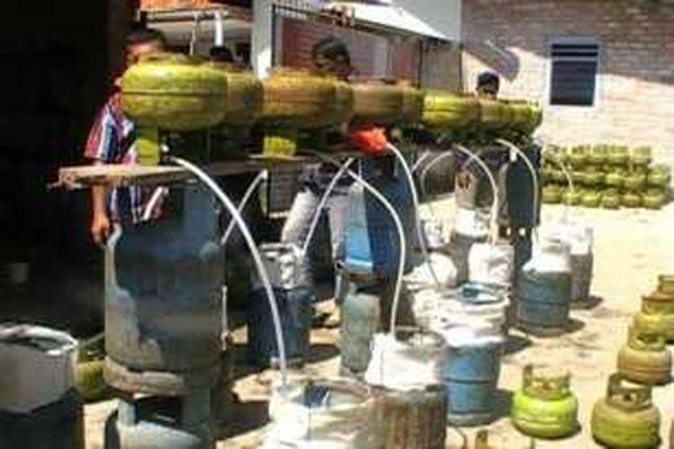 Ratusan tabung gas kemasan 3 kilogram dan kemasan 12 kilogram diamankan polisi dari sebuah rumah di Kelurahann Matras, Sungailiat, Kabupaten Bangka, Kepulauan Bangka Belitung.