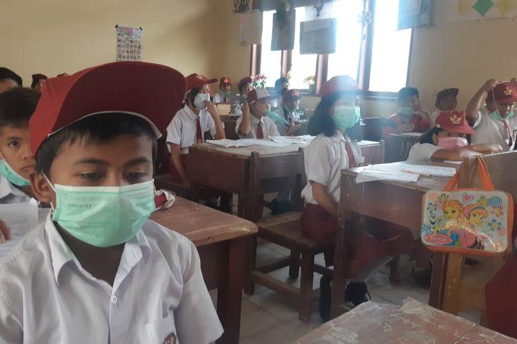 Suasana proses belajar mengajar di salah satu sekolah dasar (SD) yang terdampak abu vulkanik erupsi Gunung Sinabung, Selasa (11/6/2019).